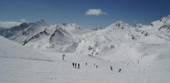 Ausfluege-Landeck-Tirol-Skifahrer